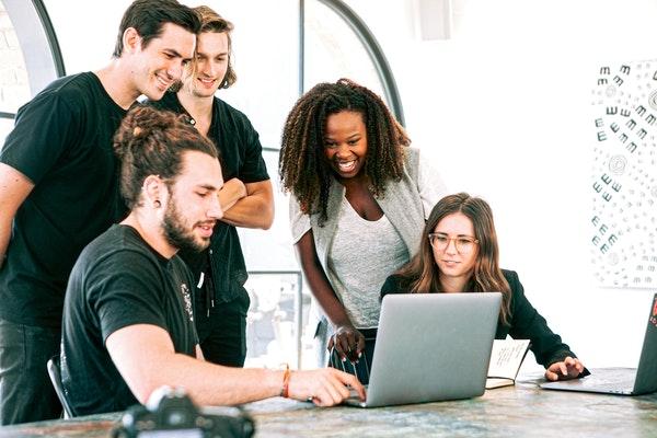 如何帮助您的员工营造一种工作归属感